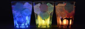 Drei Gläser mit bunten Drinks
