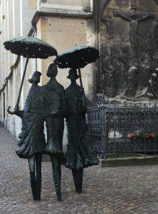 Regenschirmdamen-Skulptur in Aachen