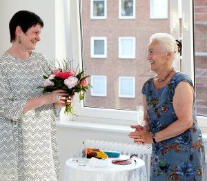 Marion Hinz überreicht Karla Letterman Blumen
