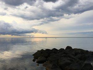 Wolken spiegeln sich im Meer