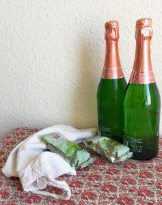 Zwei Gewürze und zwei Flaschen Sekt