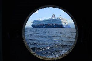 Blick durch ein Bullauge auf ein Schiff